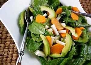 Салат с индейкой, хурмой и авокадо